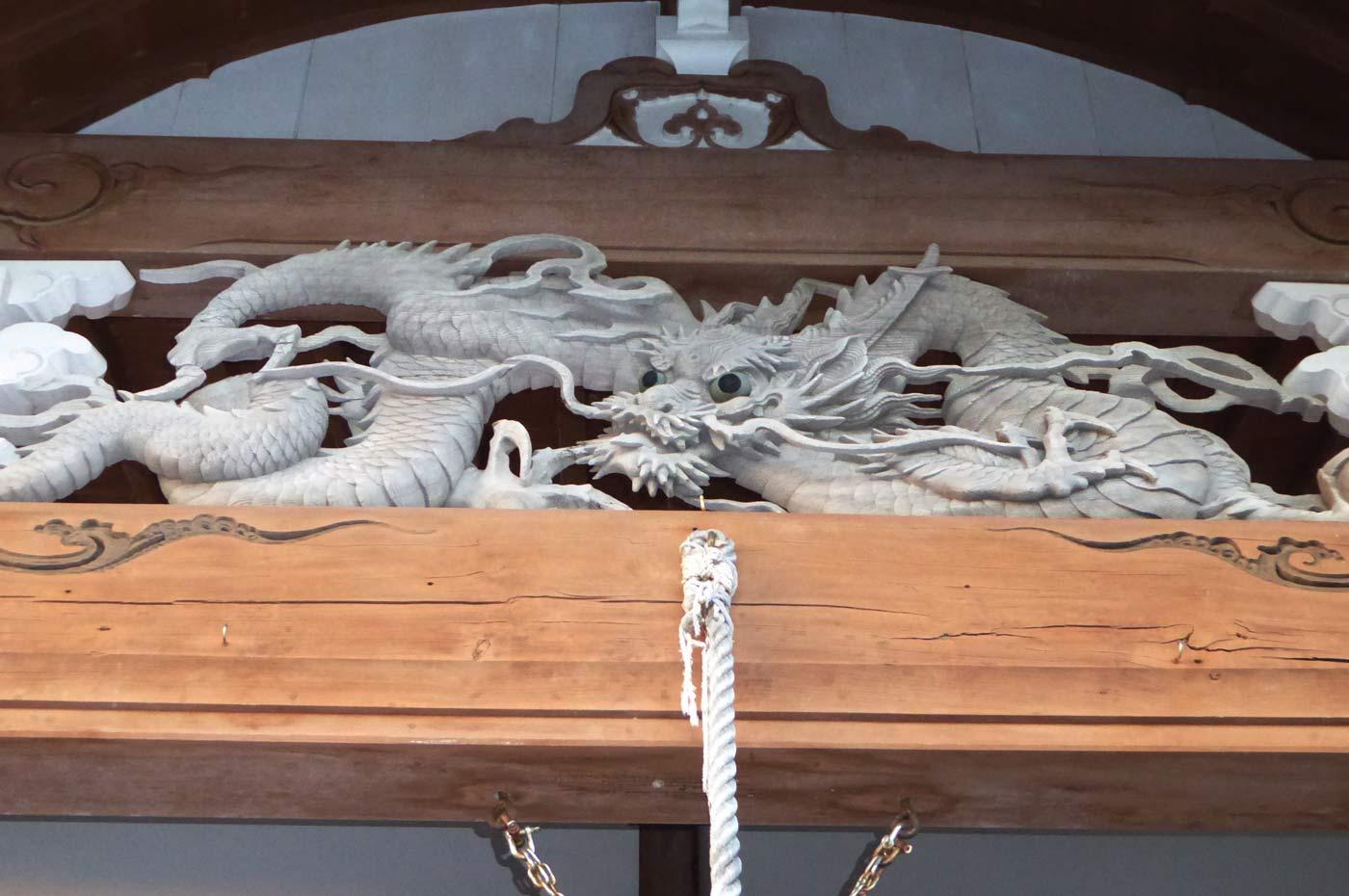 本堂向拝の龍の彫刻