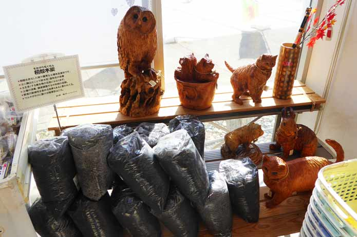 猫とフクロウの彫物