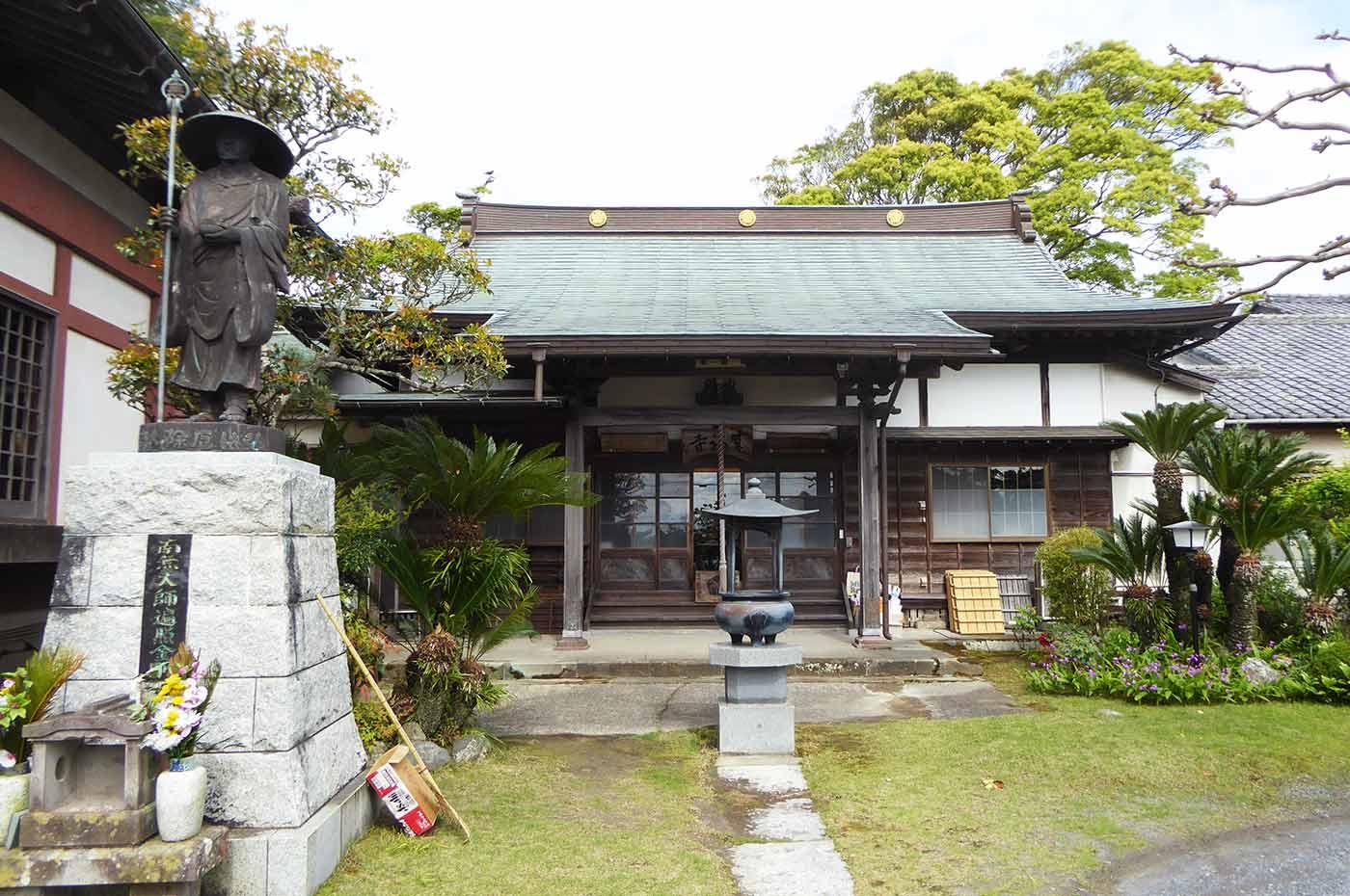 来福寺の境内