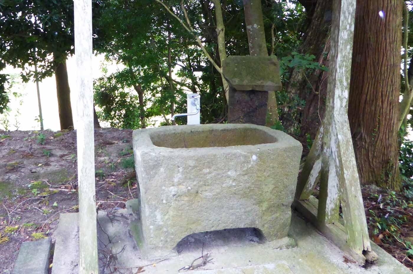 竜江寺の手水石