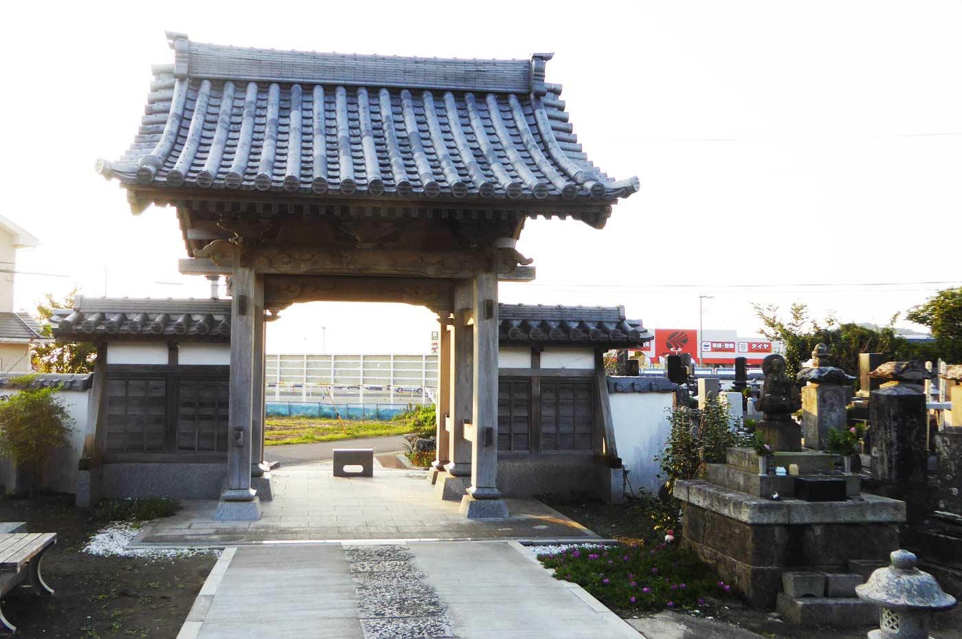 西光寺の山門の写真