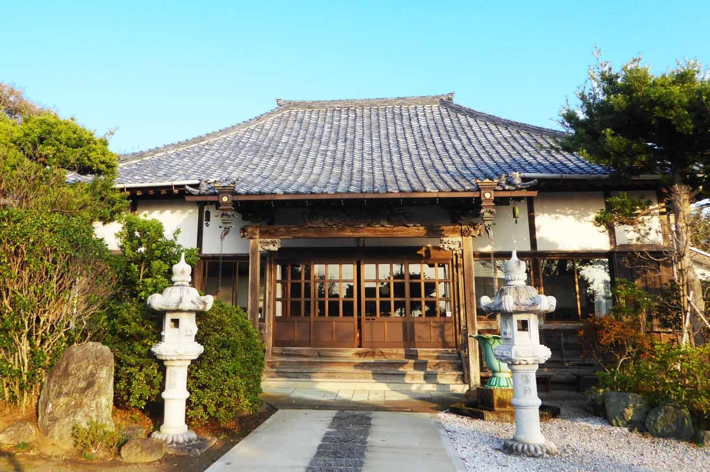 西光寺の本堂の写真