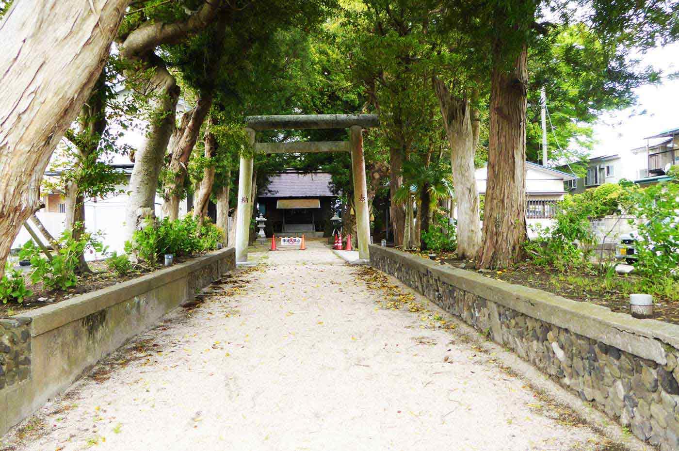 神明神社の参道の写真