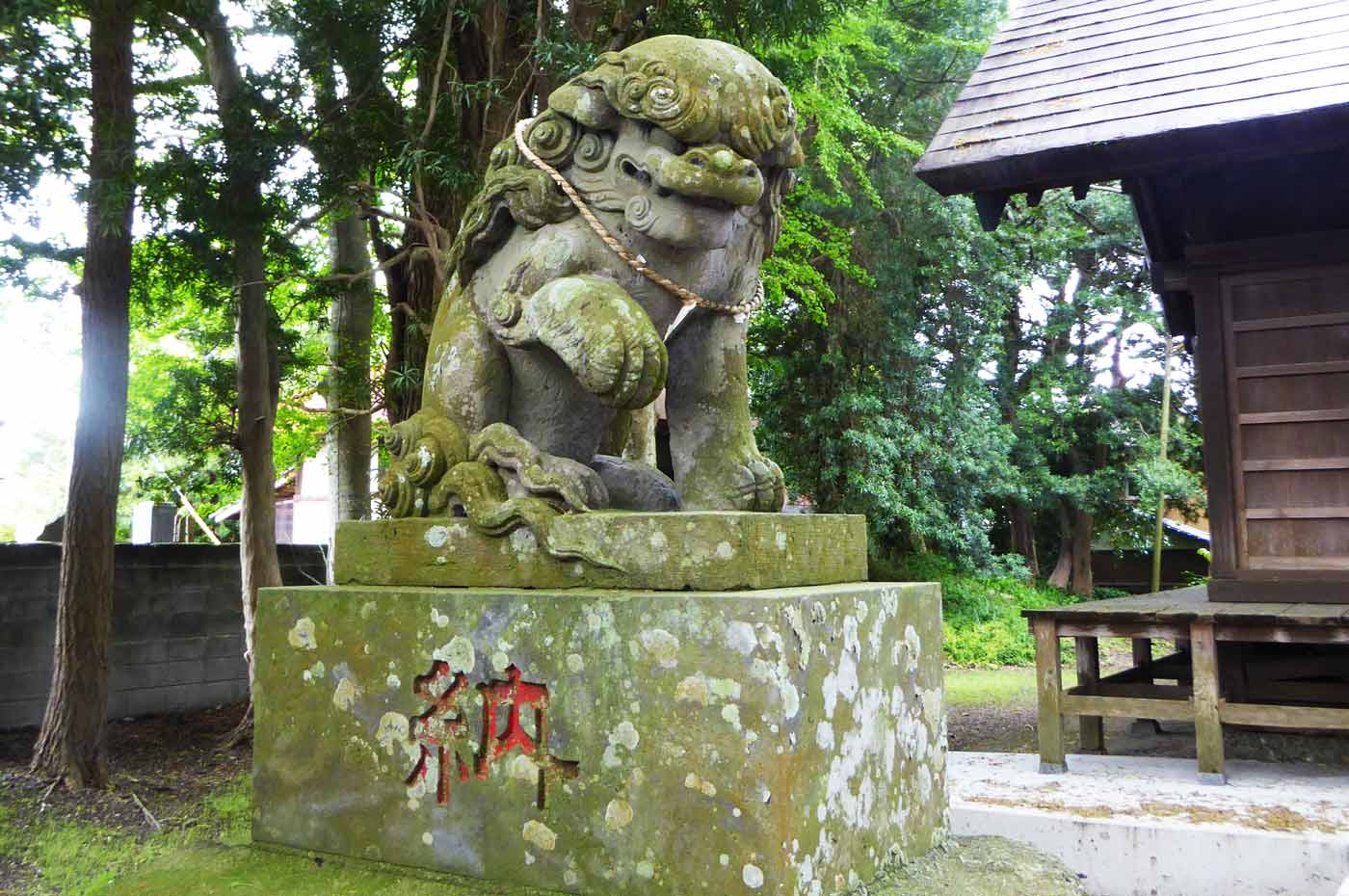 神明神社の狛犬(左)
