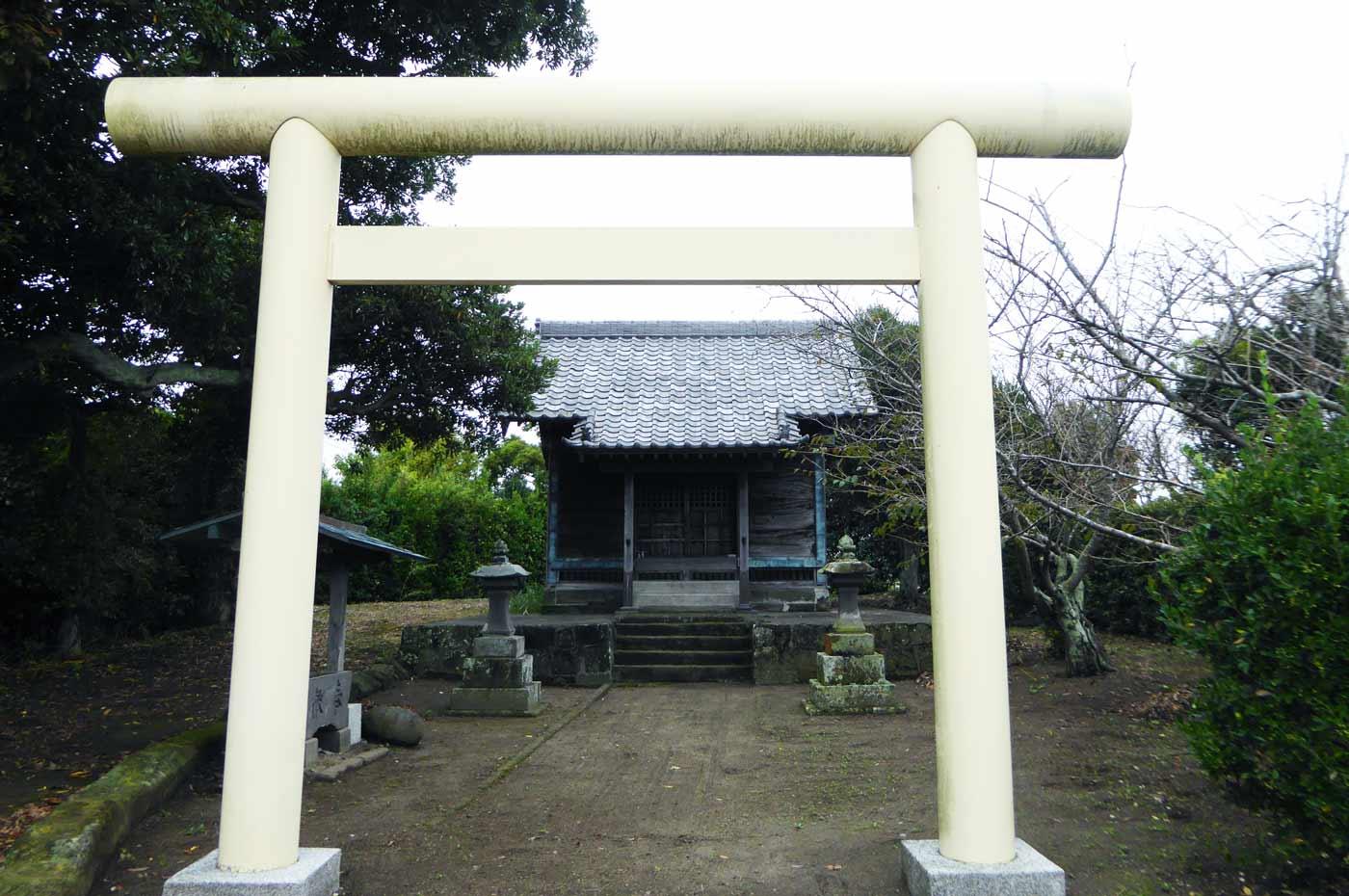 神明神社境内と拝殿の画像