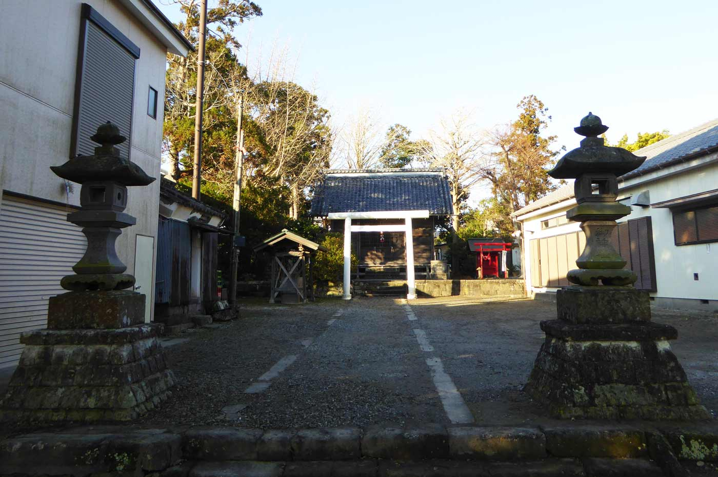 神明神社の参道と境内