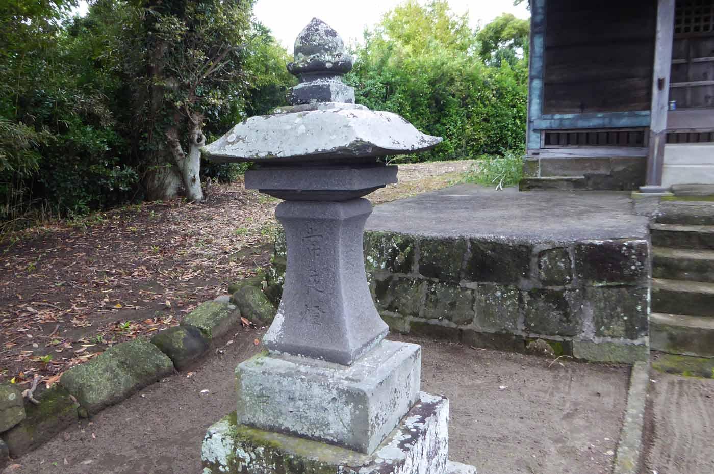 常夜灯(左側)