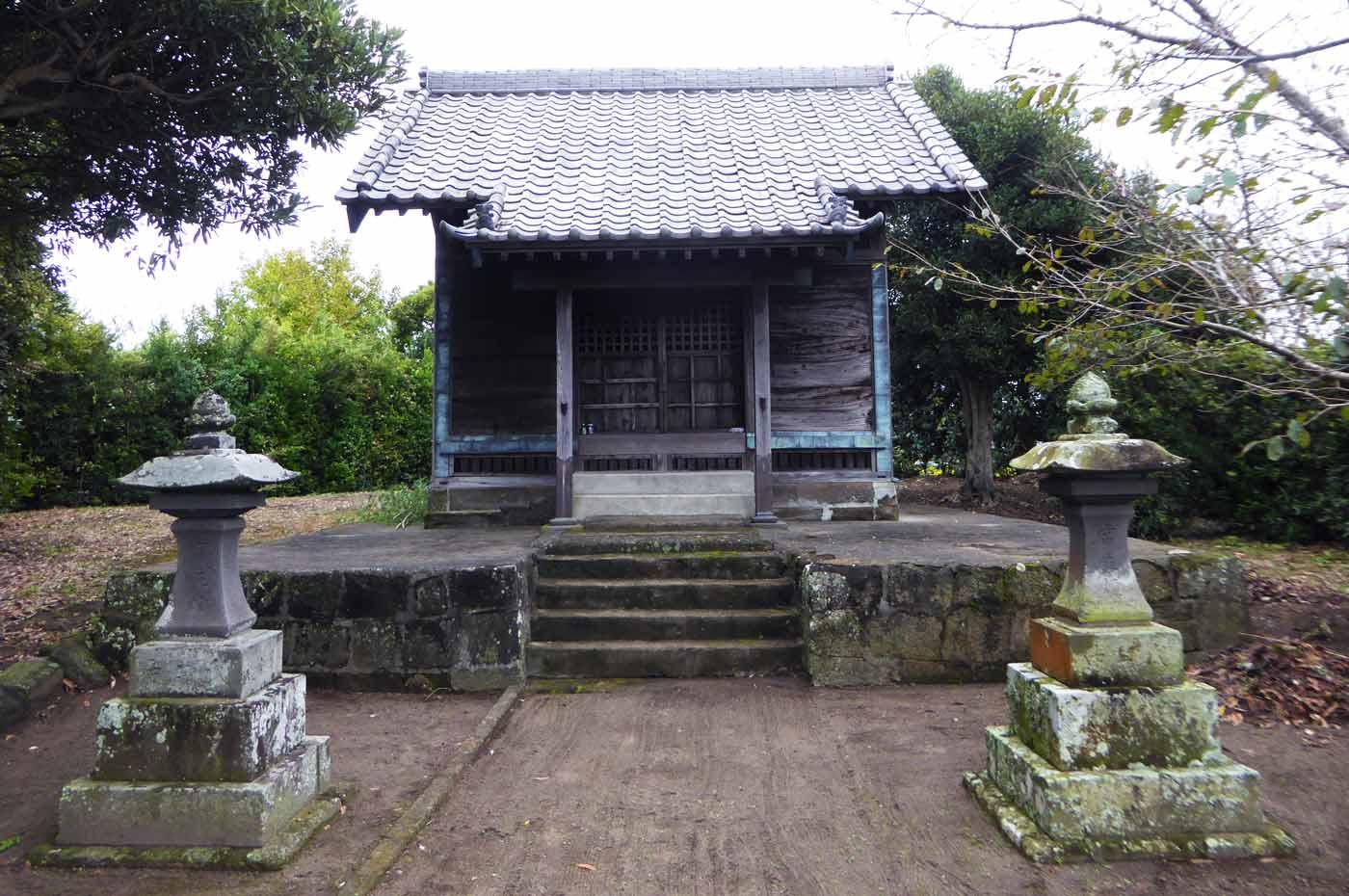 神明神社拝殿の全景