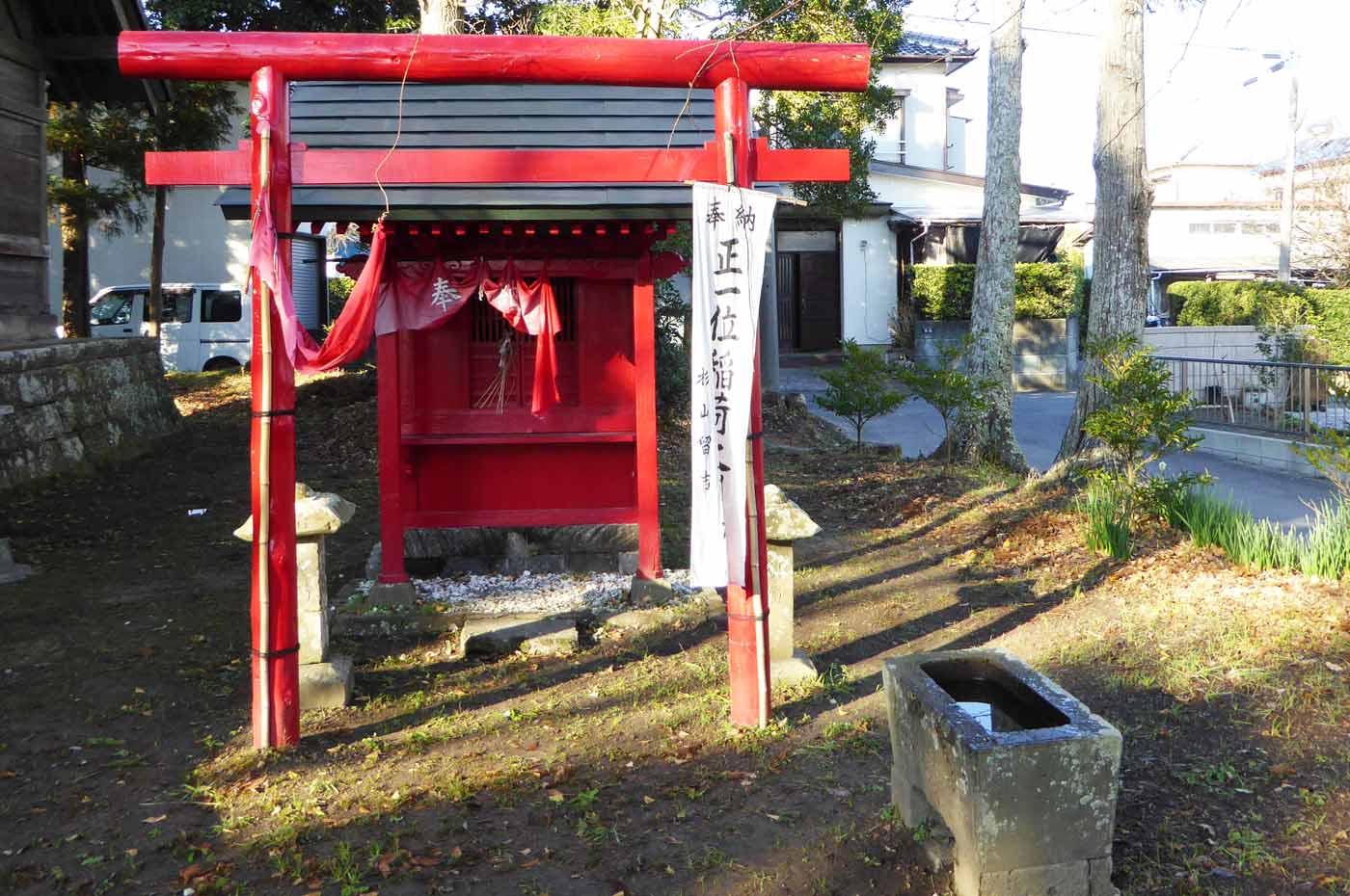 神明神社の拝殿右隣の稲荷神社
