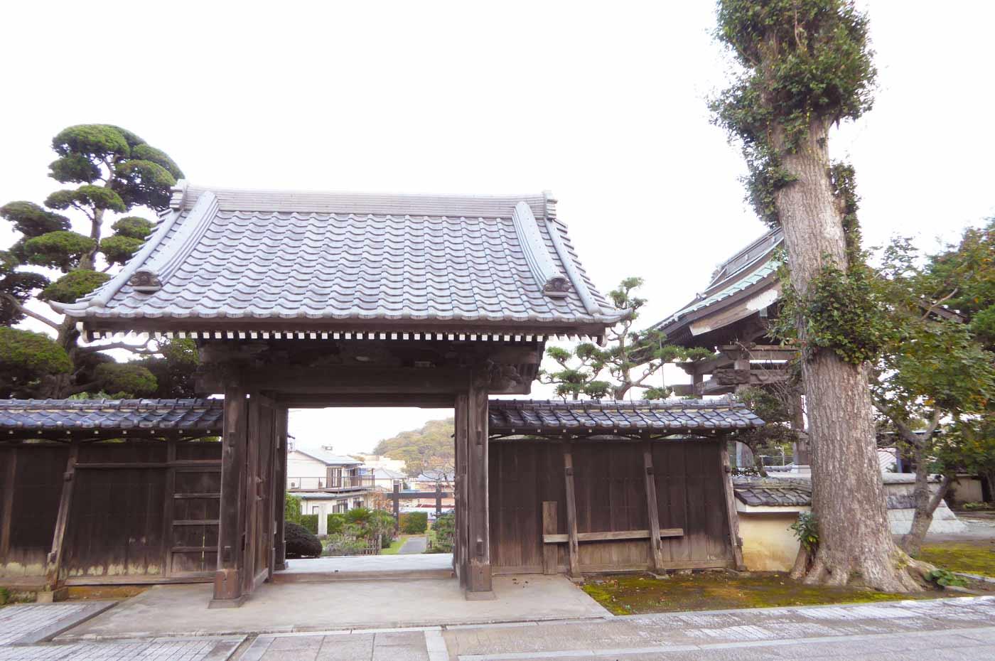 総持院の山門の裏側