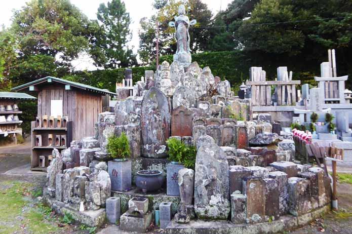 総持院の古い墓地