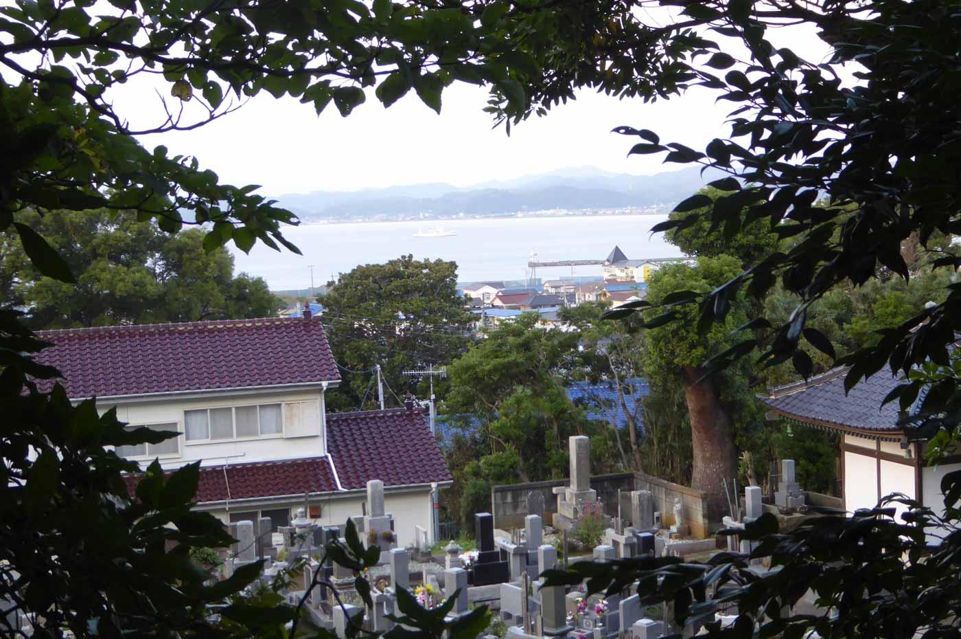 観音堂から館山湾を望む