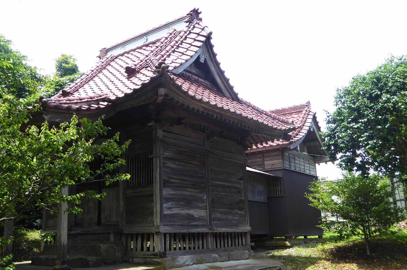 菅原神社の拝殿と本殿
