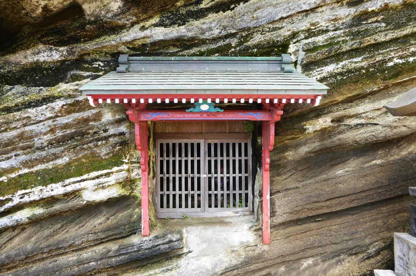 崖の中の神社