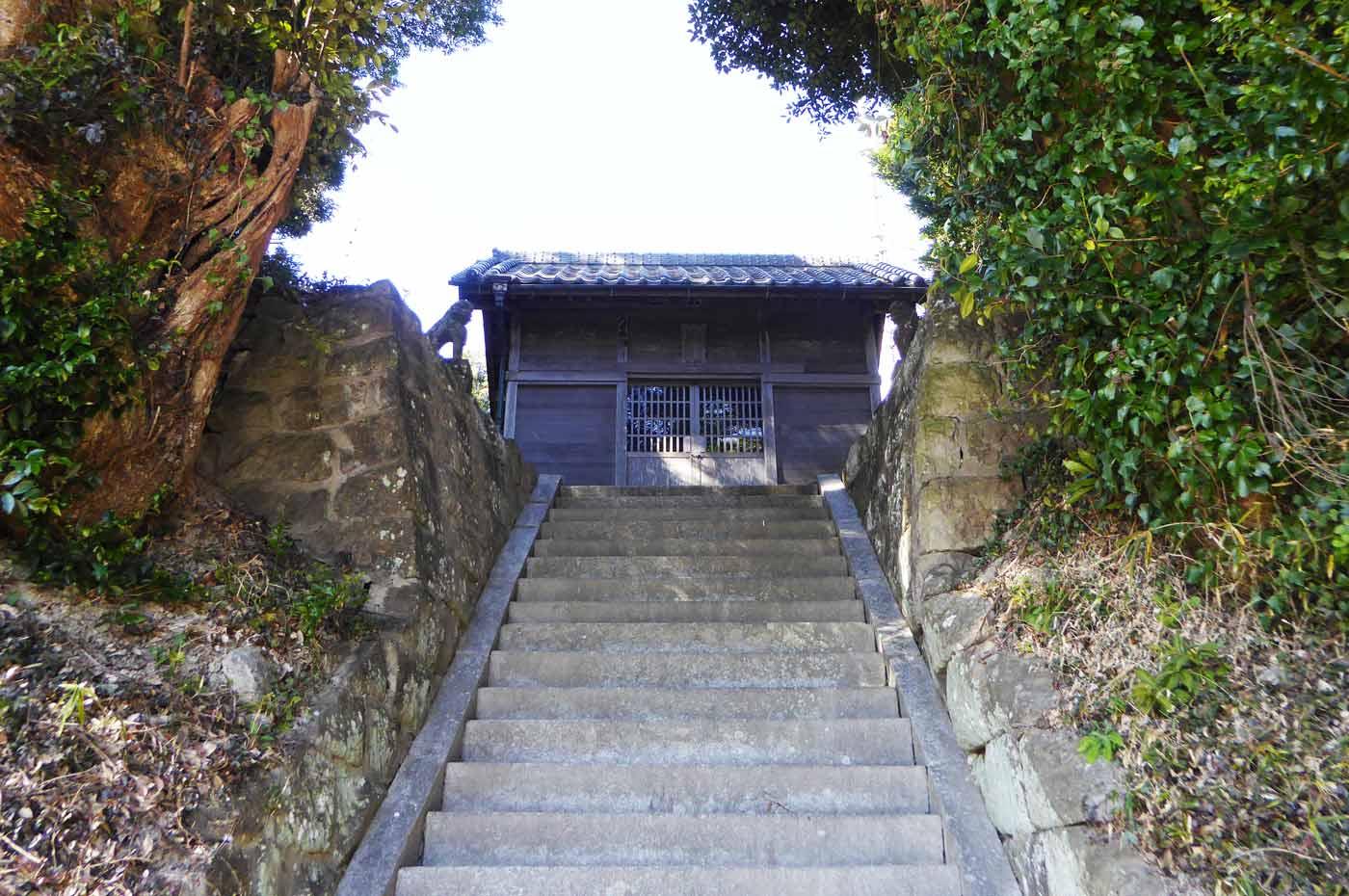 下から見た拝殿の画像