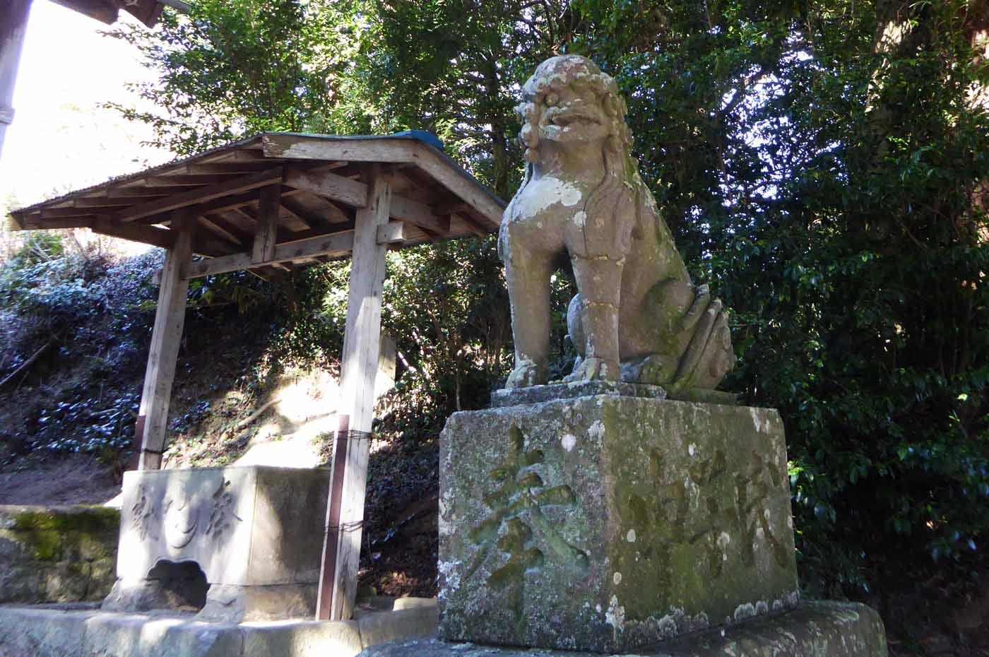 右側の狛犬の画像