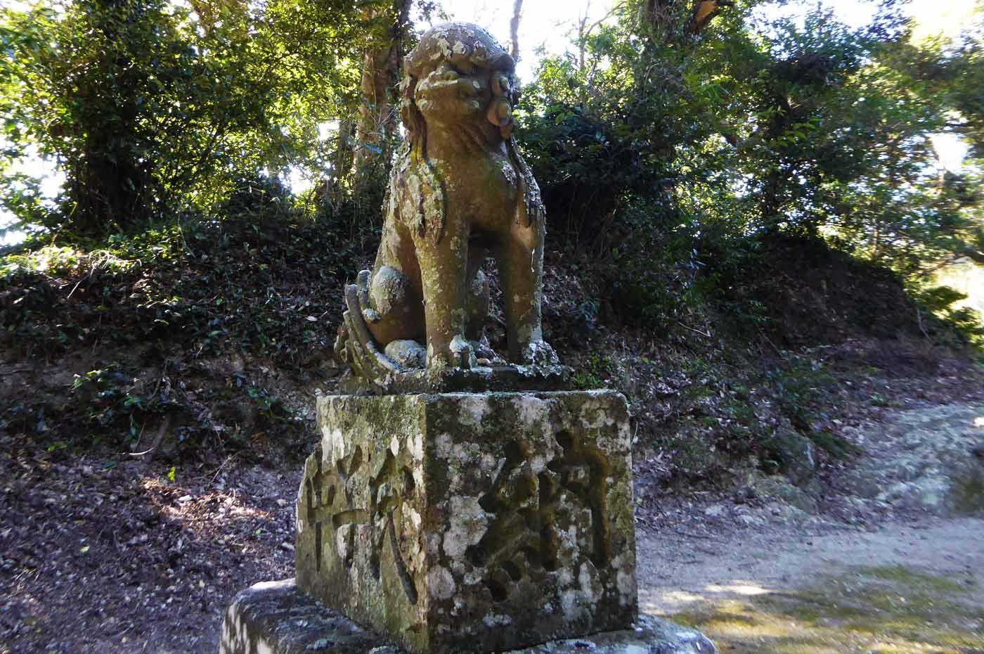 左側の狛犬の画像