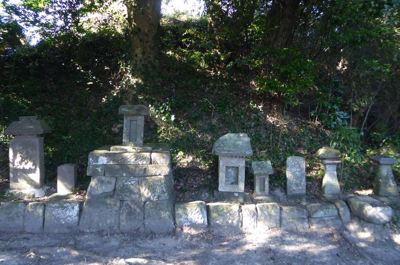 拝殿裏の石祠