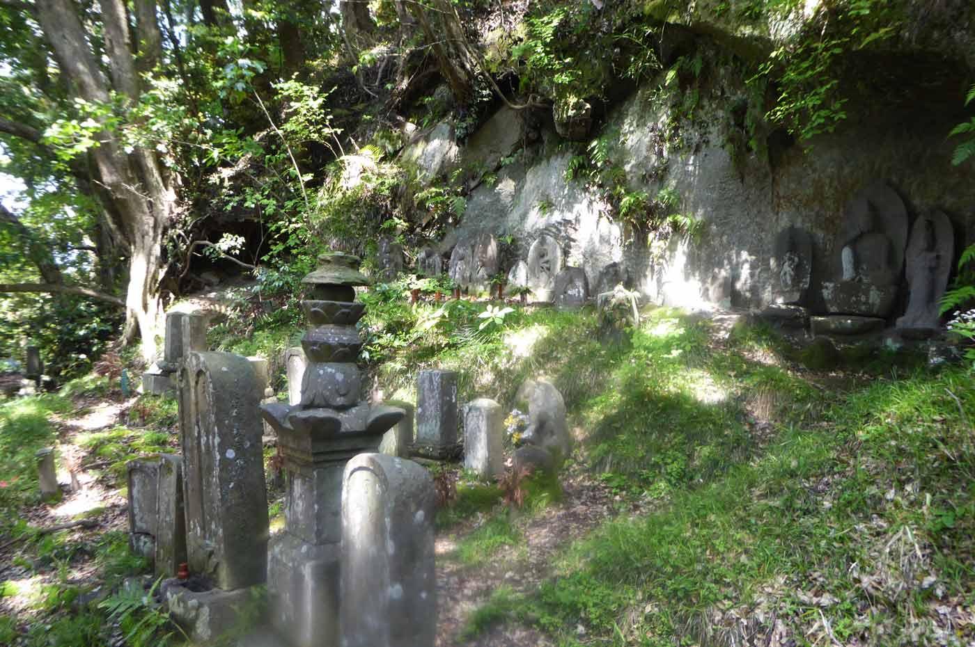 本堂裏の古いお墓2