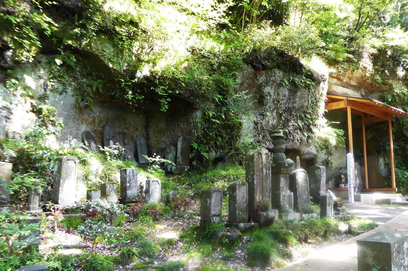 本堂裏の古いお墓3