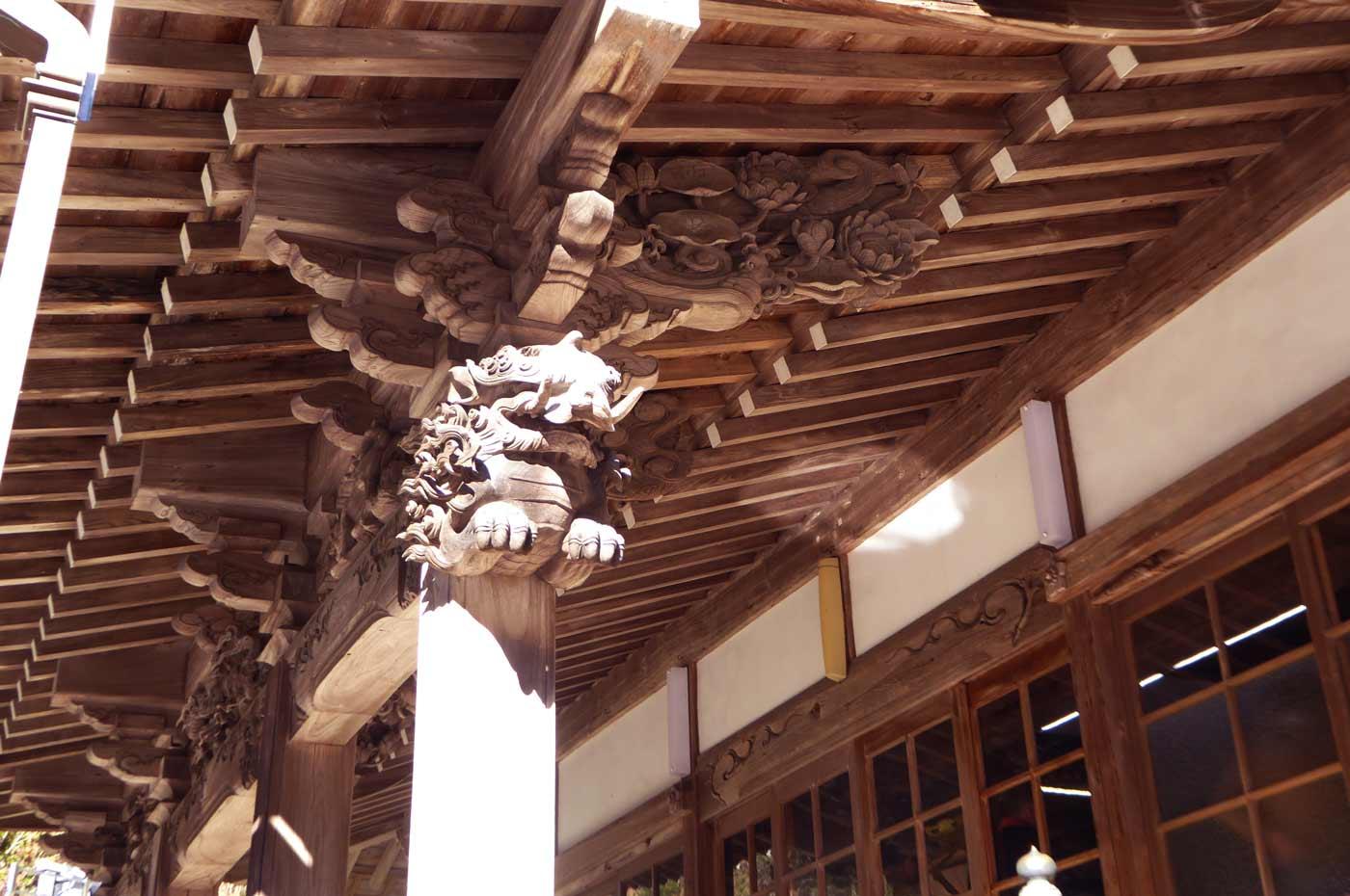 右の木鼻の彫刻