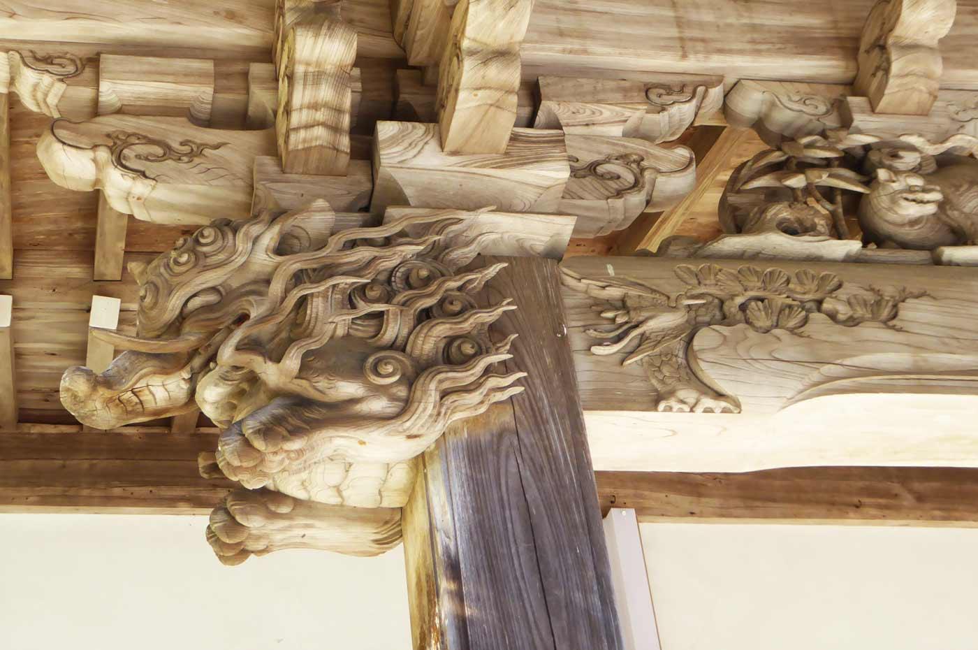 左の木鼻の彫刻