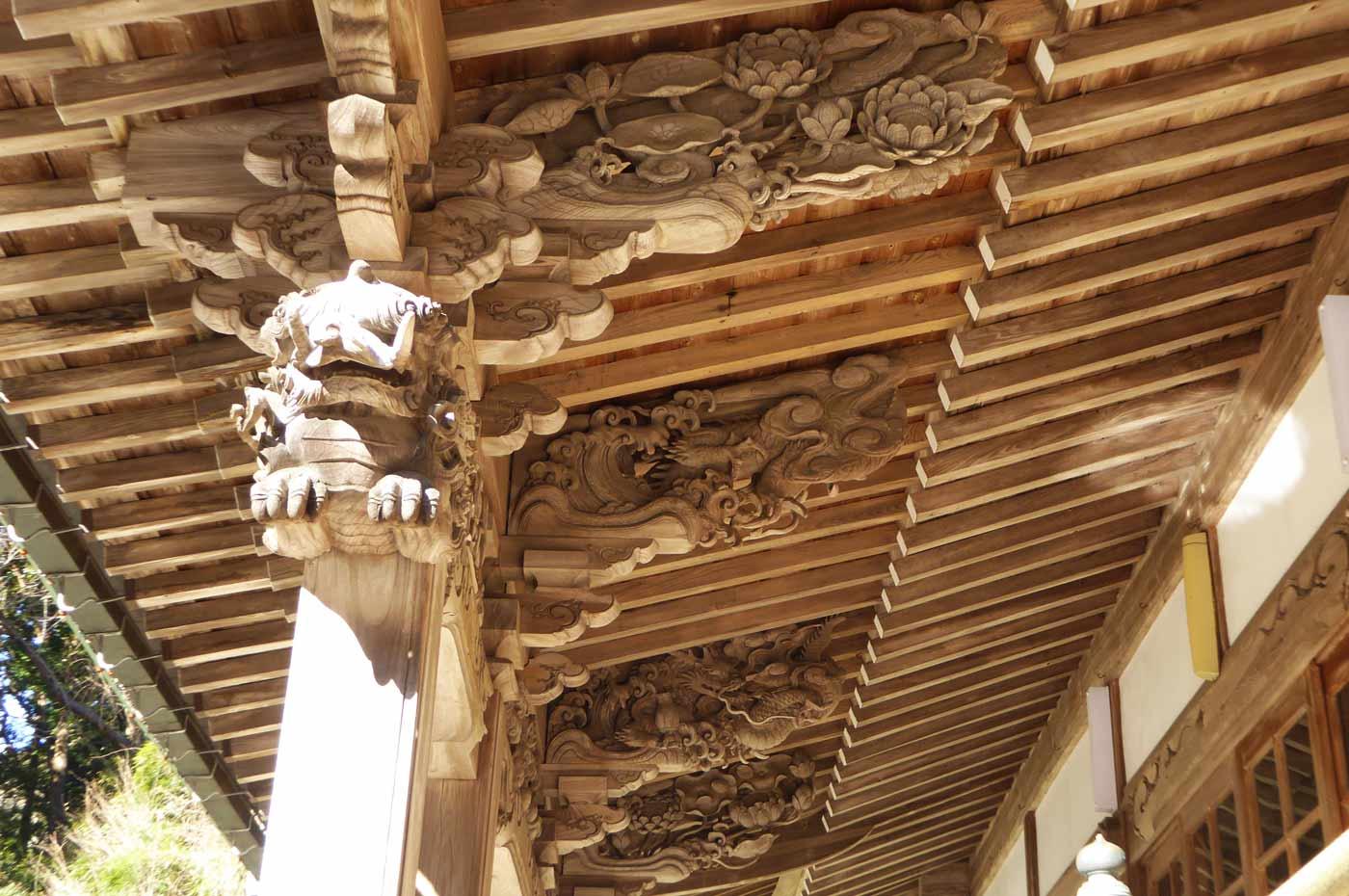 向拝裏側の彫刻