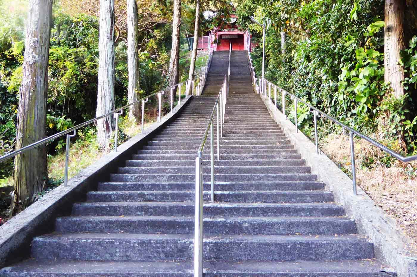 大聖院の高塚不動堂への階段の写真