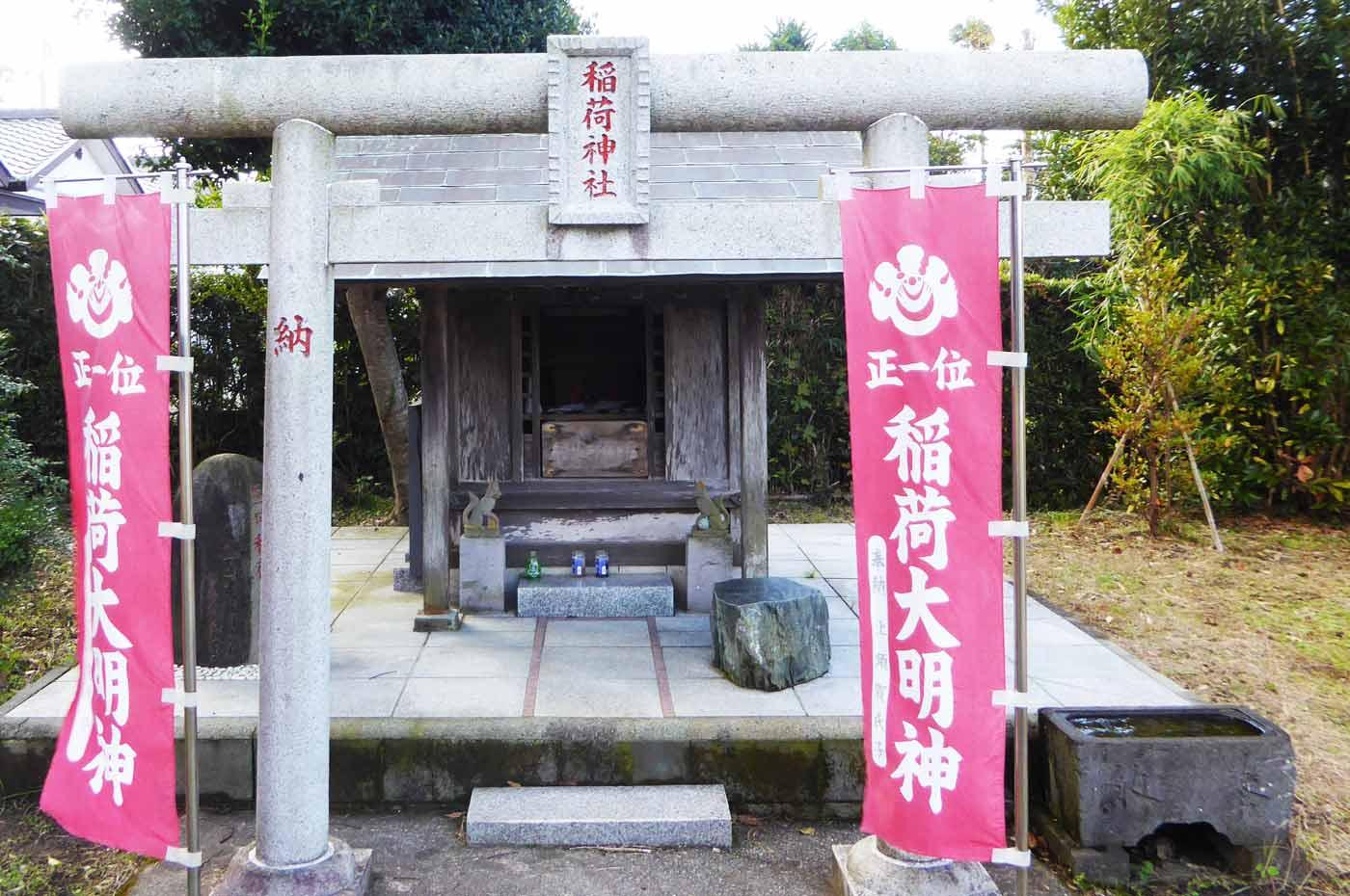 館山神社境内にある稲荷神社の写真