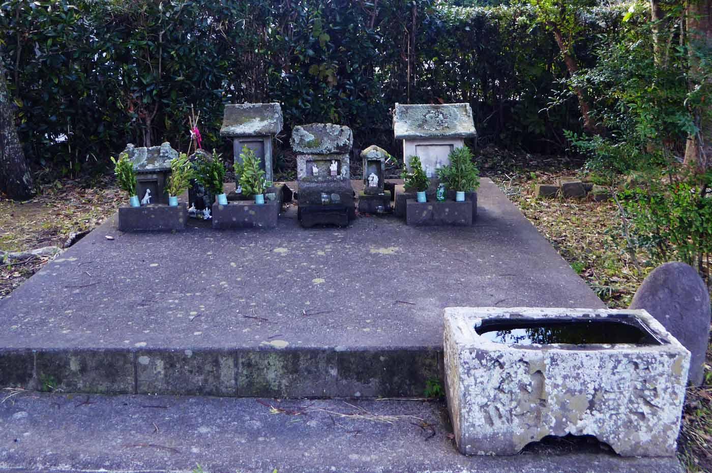 館山神社境内にある石祠