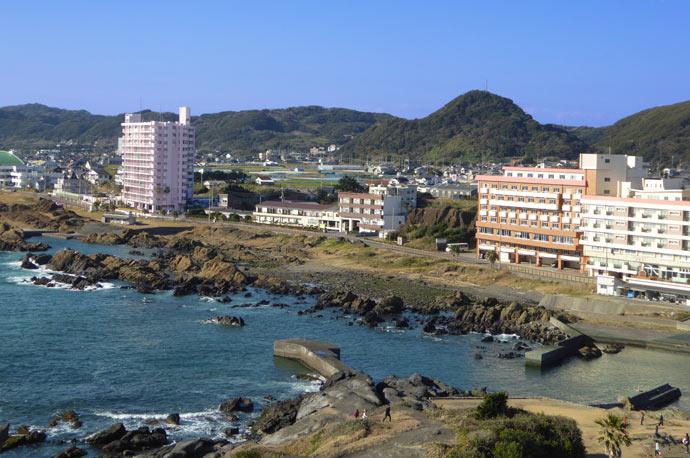野島崎灯台から野島崎港を望む