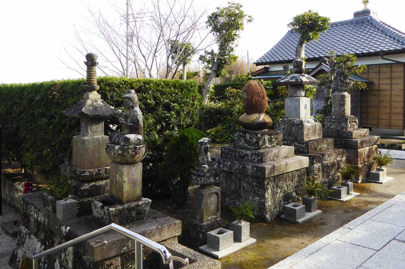 徳蔵院の宝篋印塔