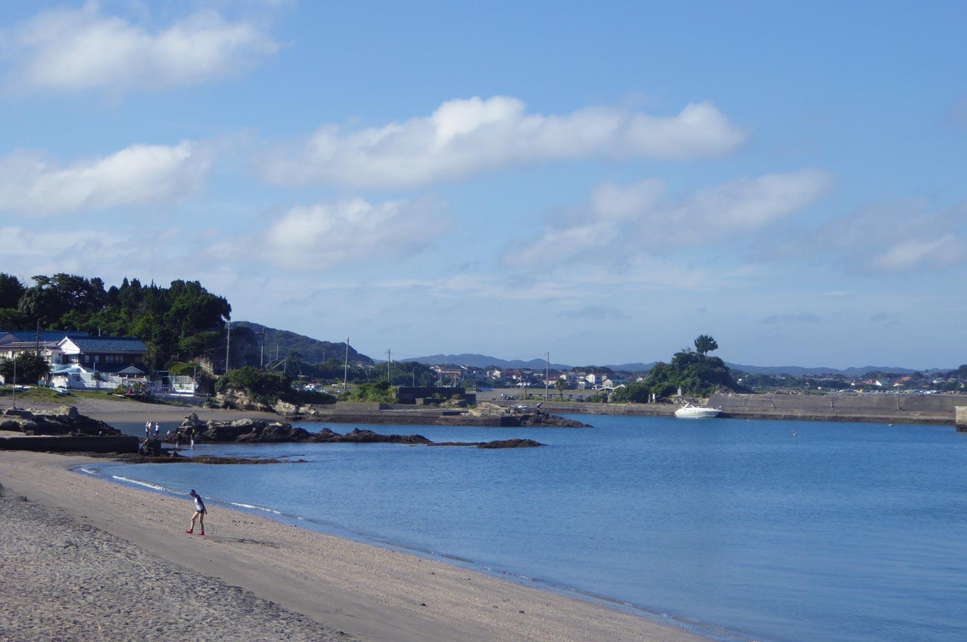 豊岡海水浴場から富浦旧港を望む