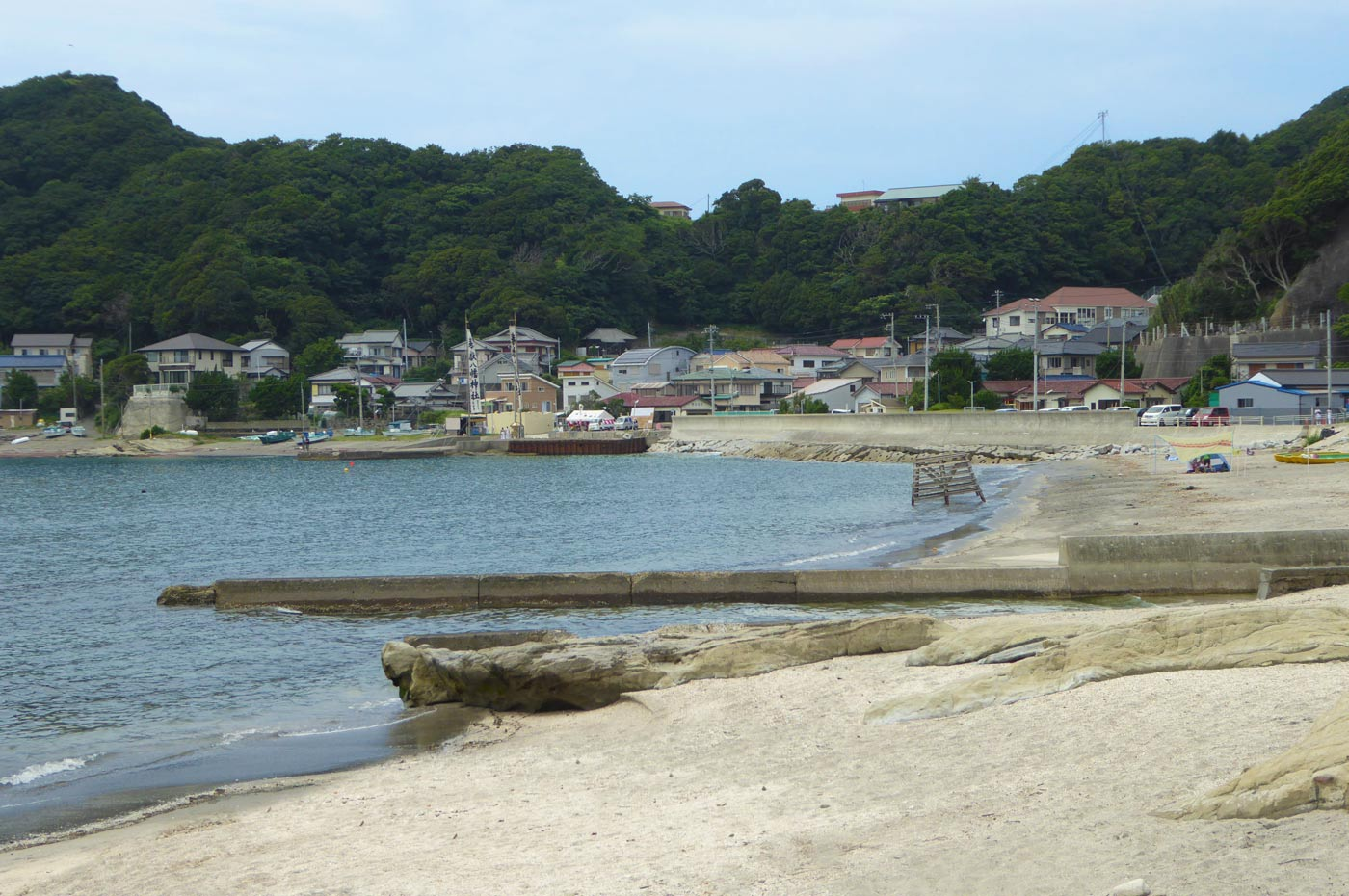 豊岡海水浴場の貸しボートと海の家の画像
