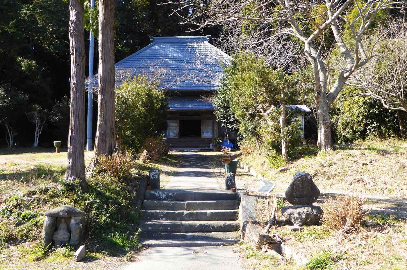 薬王寺の境内と本堂の画像
