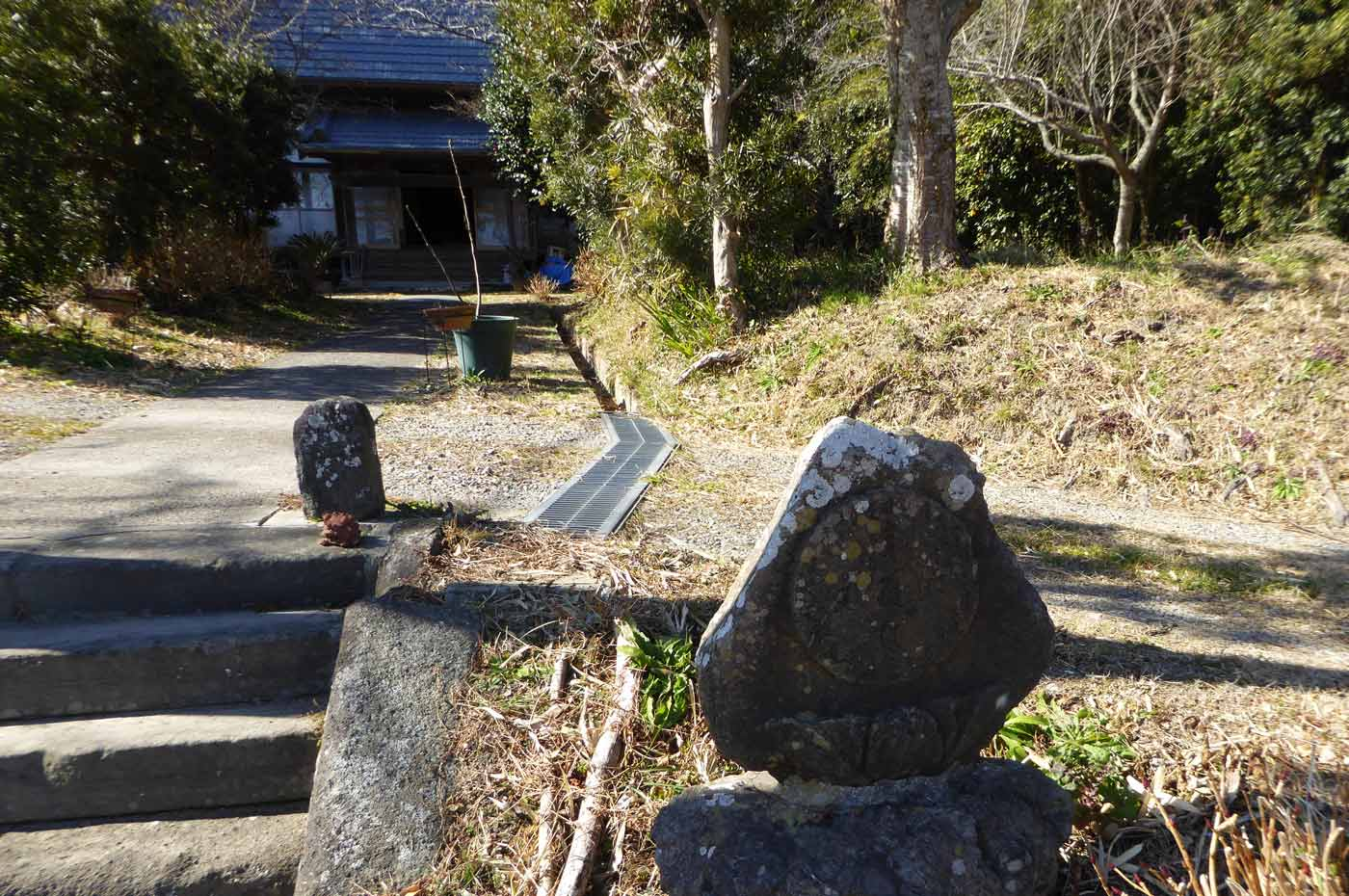 本堂入口の石碑