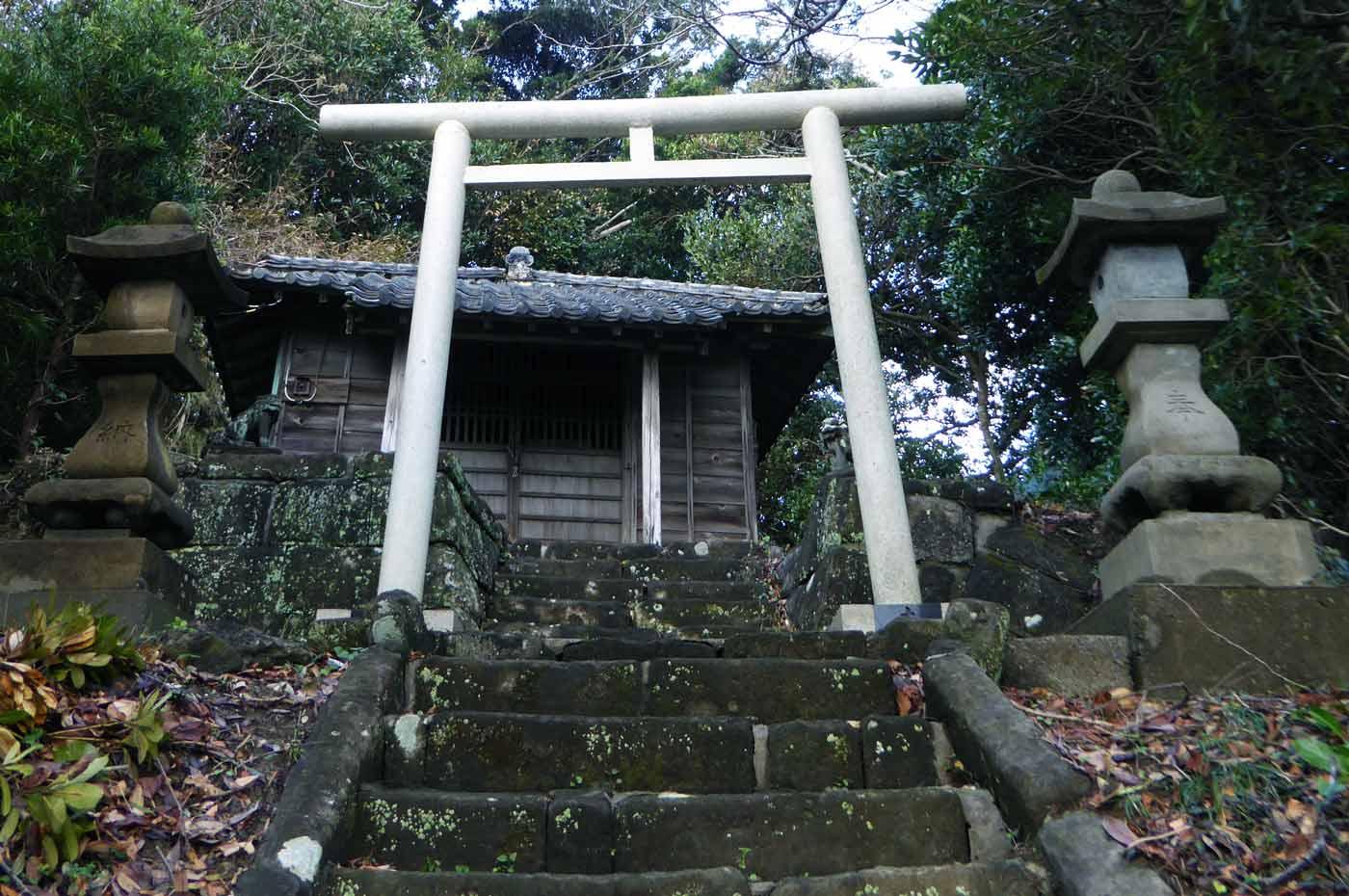 山の神の鳥居と拝殿の画像