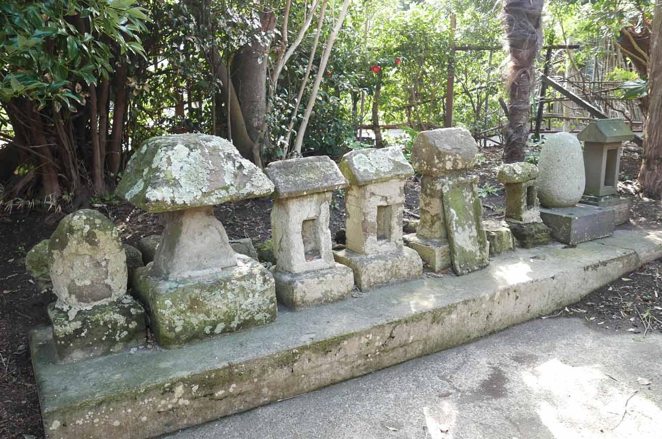本殿裏の石祠の画像