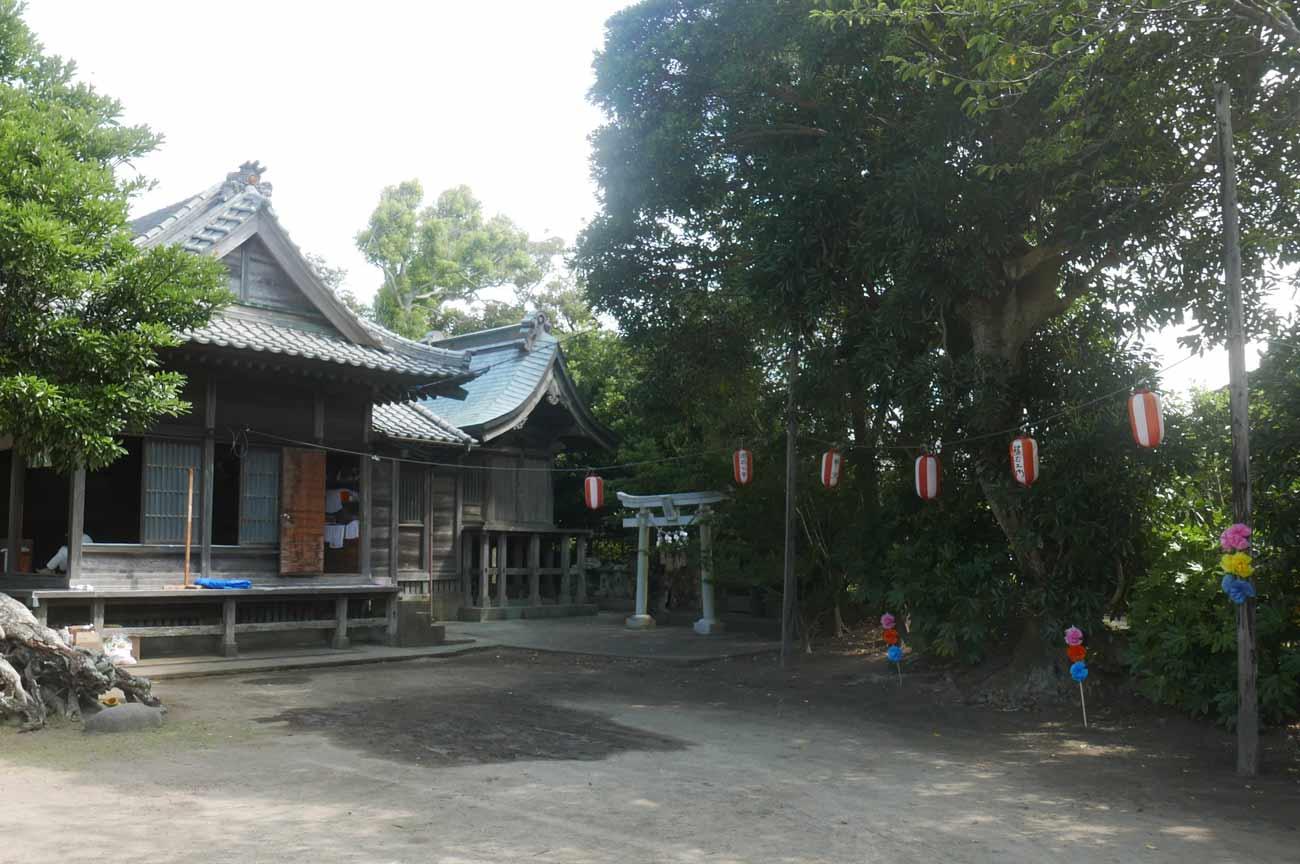 拝殿と本殿の画像