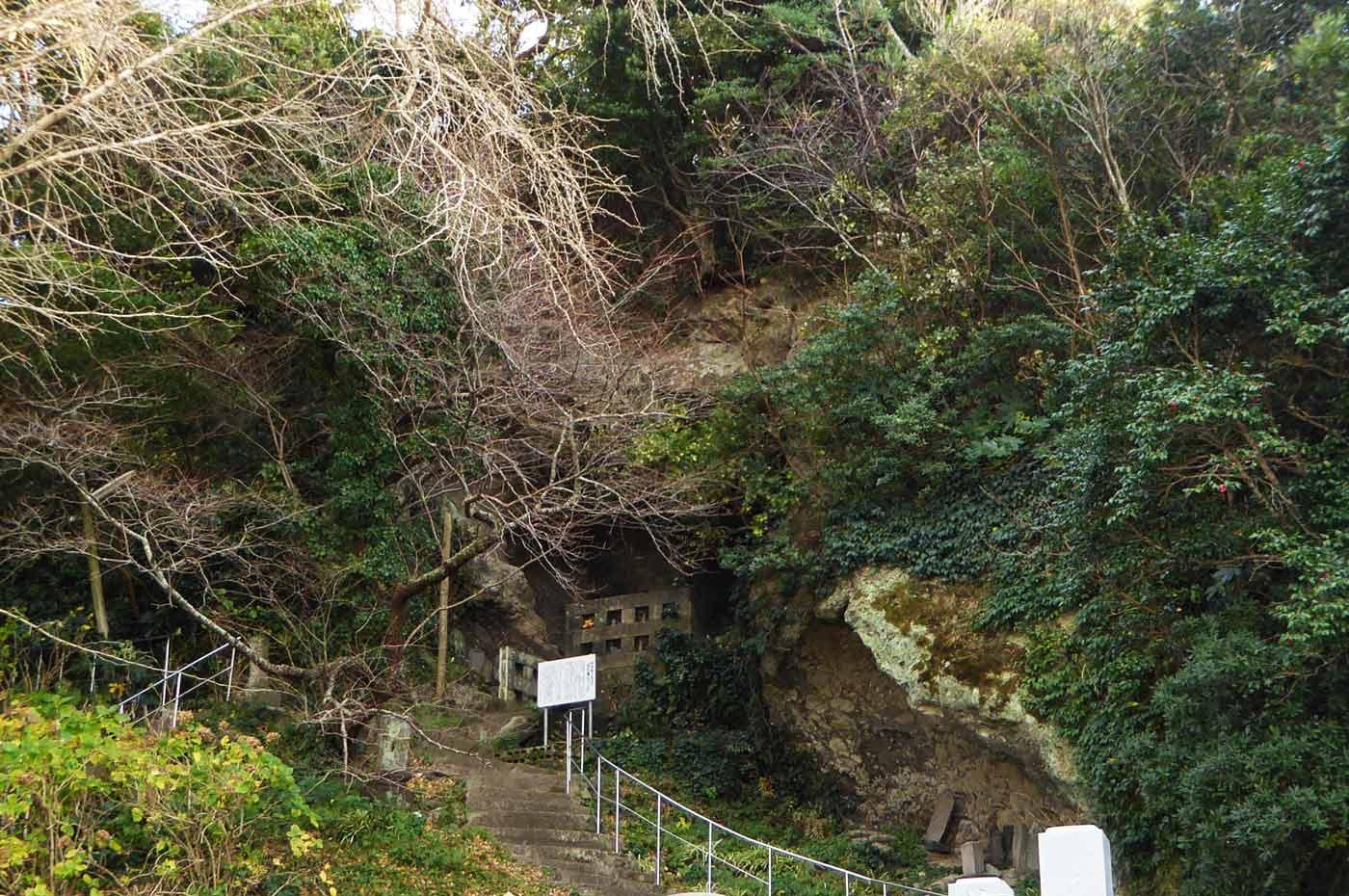 岩屋への階段の画像