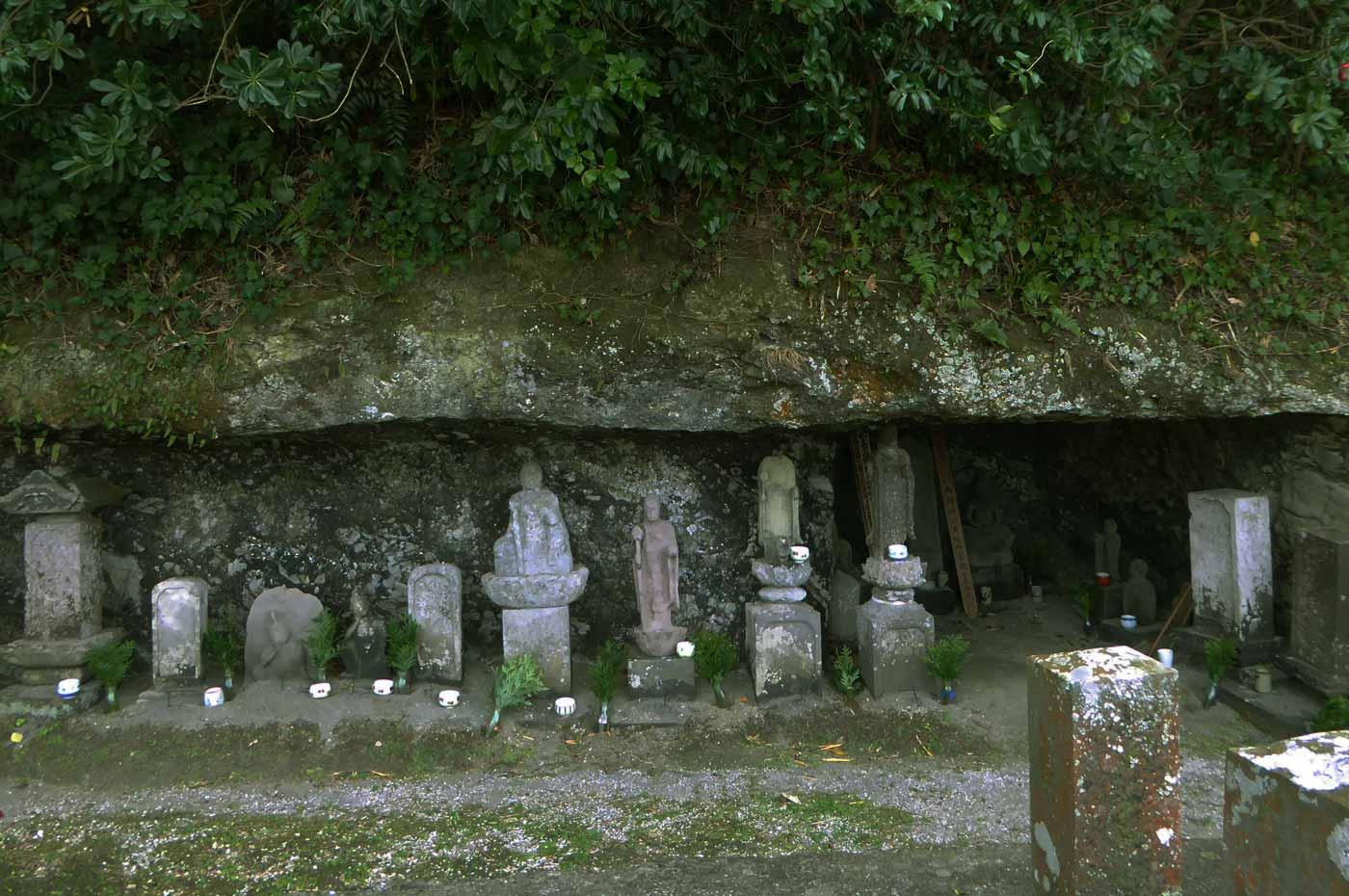 岩肌の穴にある墓地の画像