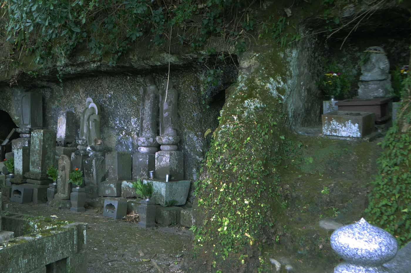 岩肌の穴にある墓地のアップ画像