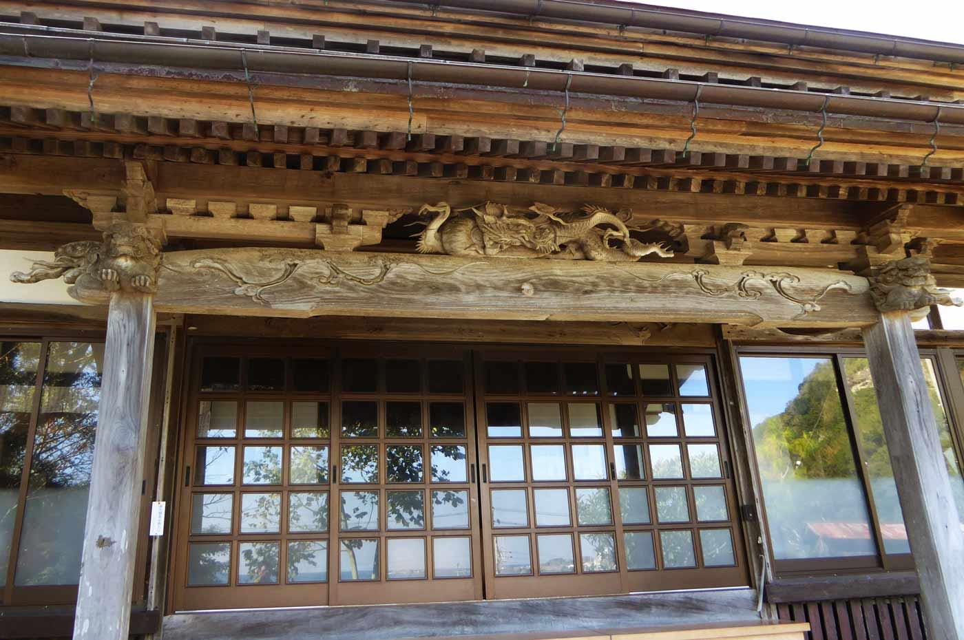 天面善光寺の本堂の彫刻