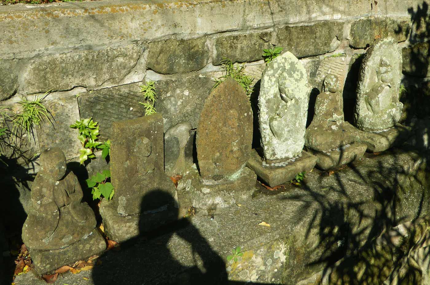 階段横の古いお墓