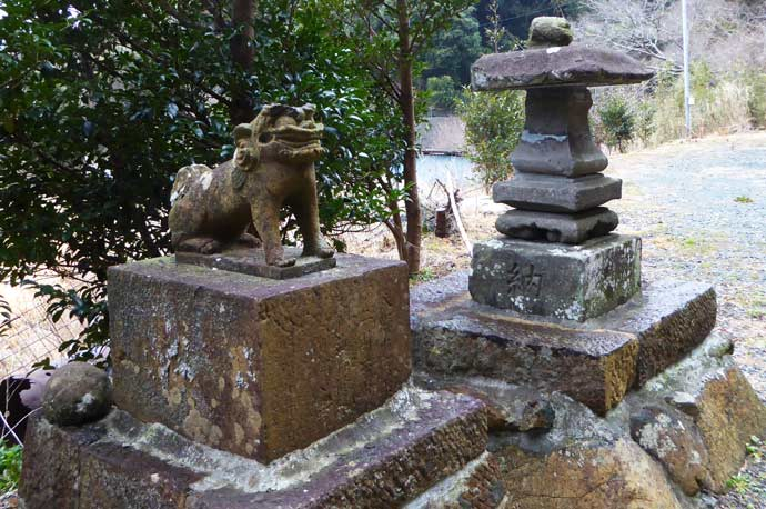 右の狛犬の画像