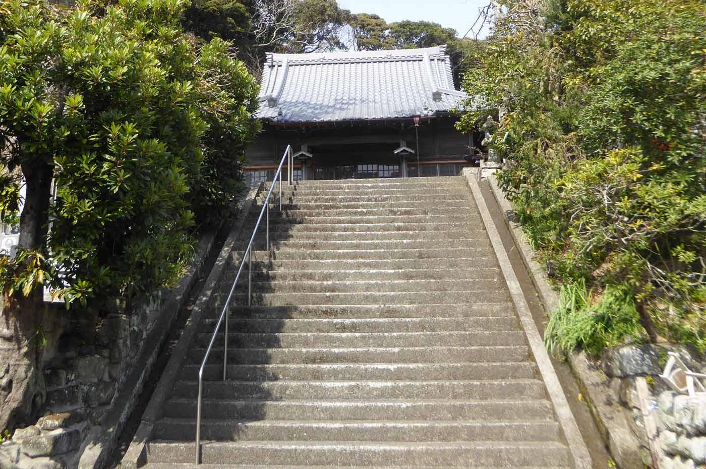 妙本寺本堂を階段下から撮影