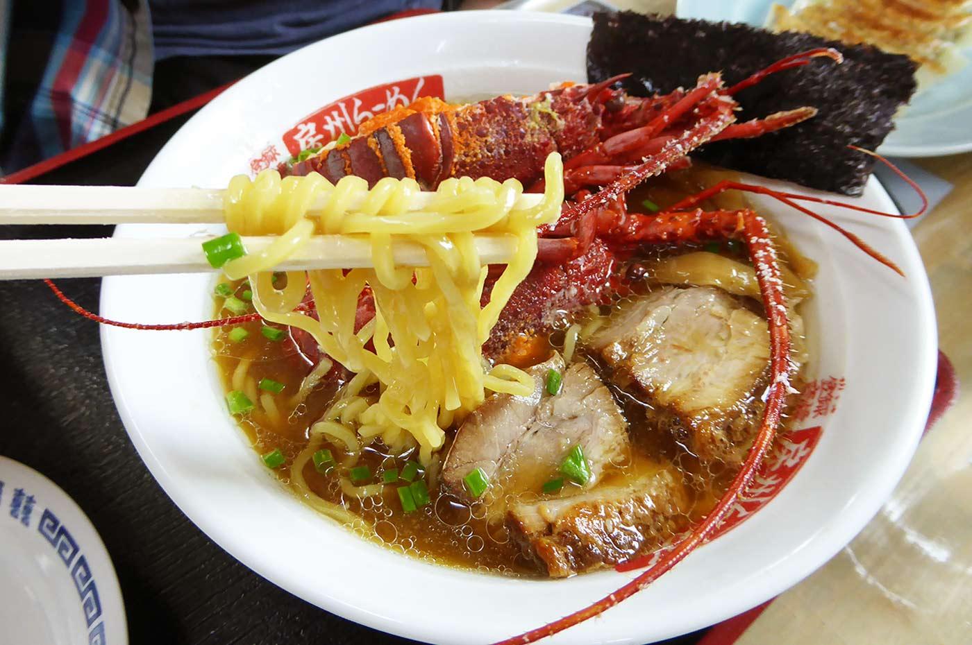 イセエビラーメンの麺のアップ