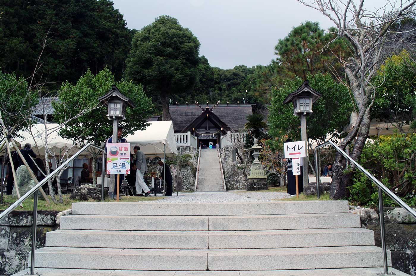 高家神社の境内