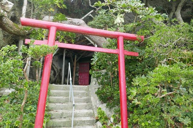 源頼朝の隠れ岩横の神社の画像