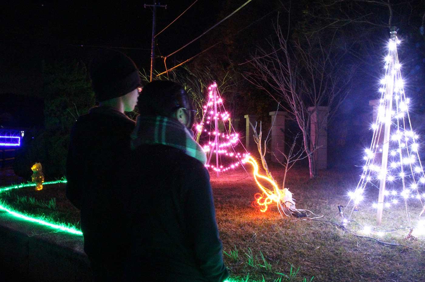 クリスマスイルミネーションとカップルのシルエット